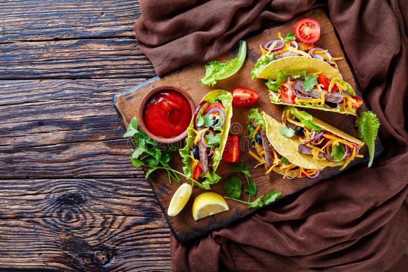 Tacos mexicain avec la coupe de boeuf dans les bandes photos stock