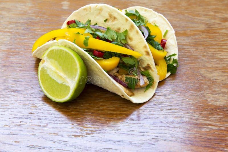 Tacos mexicain avec le filet de poulet, les légumes frais grillés et images libres de droits