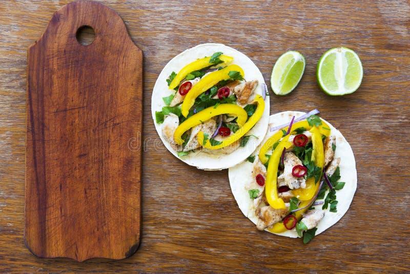 Tacos mexicain avec le filet grillé de poulet, légumes frais, lim photographie stock