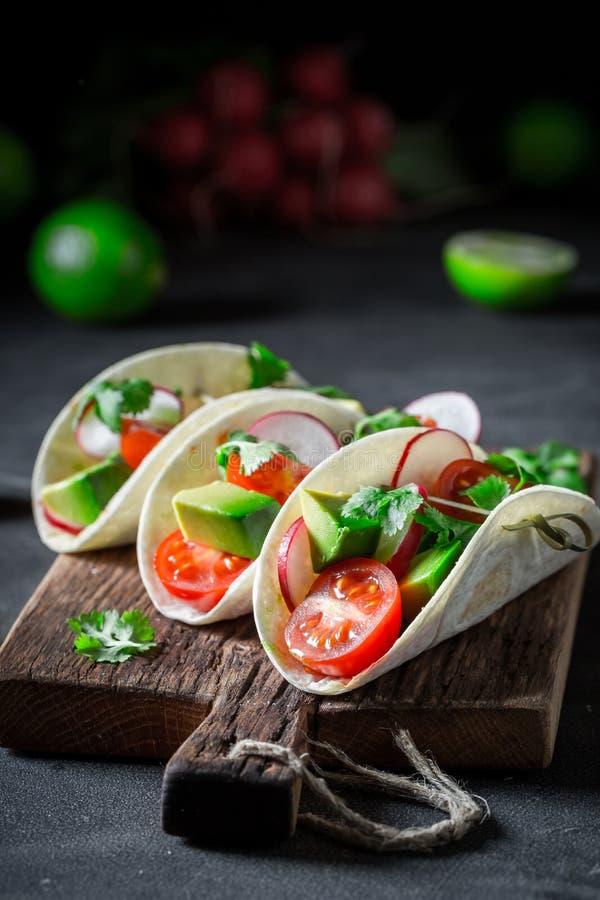 Tacos mexicain avec les légumes frais et la chaux sur la table concrète photographie stock libre de droits