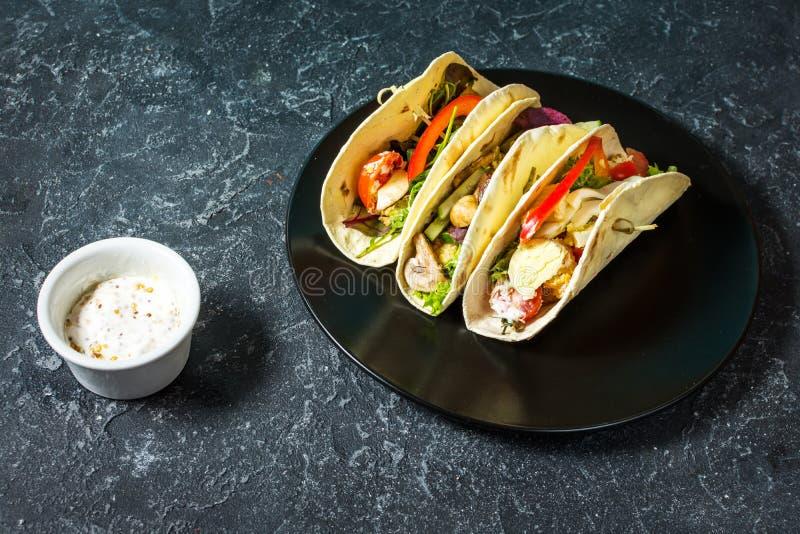 Tacos mexicain délicieux frais sur le fond foncé en pierre photo libre de droits