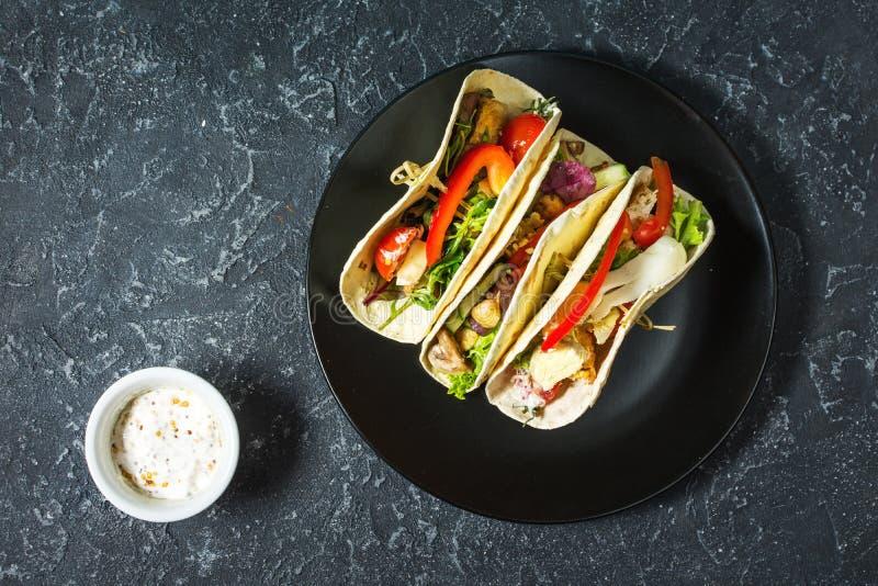 Tacos mexicain délicieux frais sur le fond foncé en pierre photographie stock