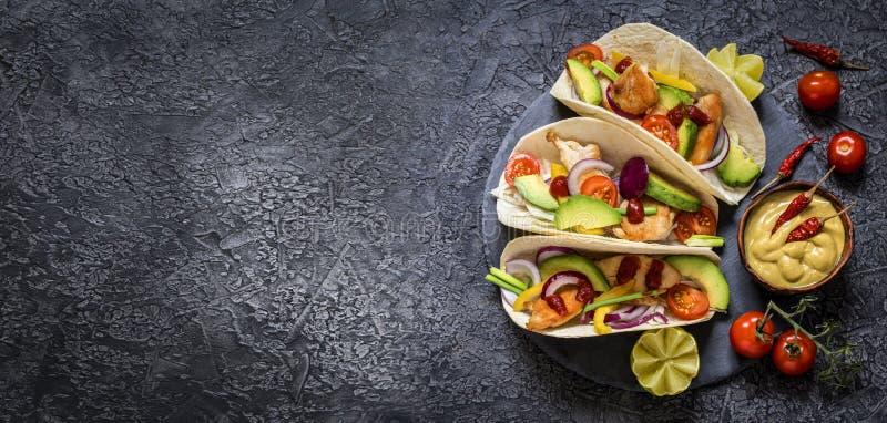 Tacos mexicain de nourriture, poulet frit, verts, avocat, poivre, chou rouge et avocat en tortillas photographie stock