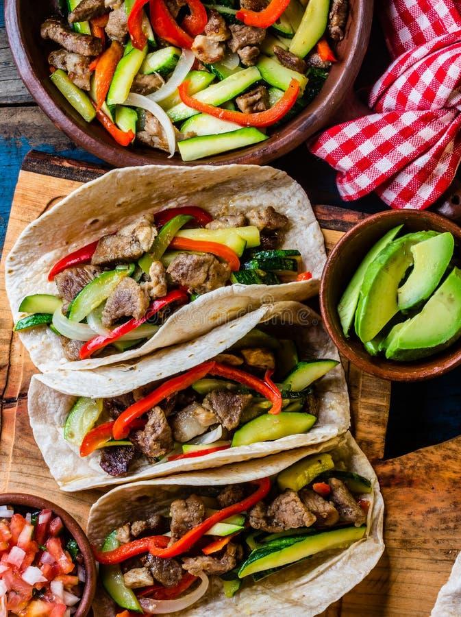 Tacos mexicain de porc avec des légumes Vue supérieure image libre de droits
