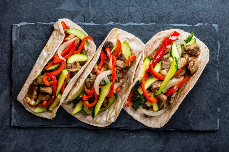 Tacos mexicain de porc avec des légumes Vue supérieure photo libre de droits