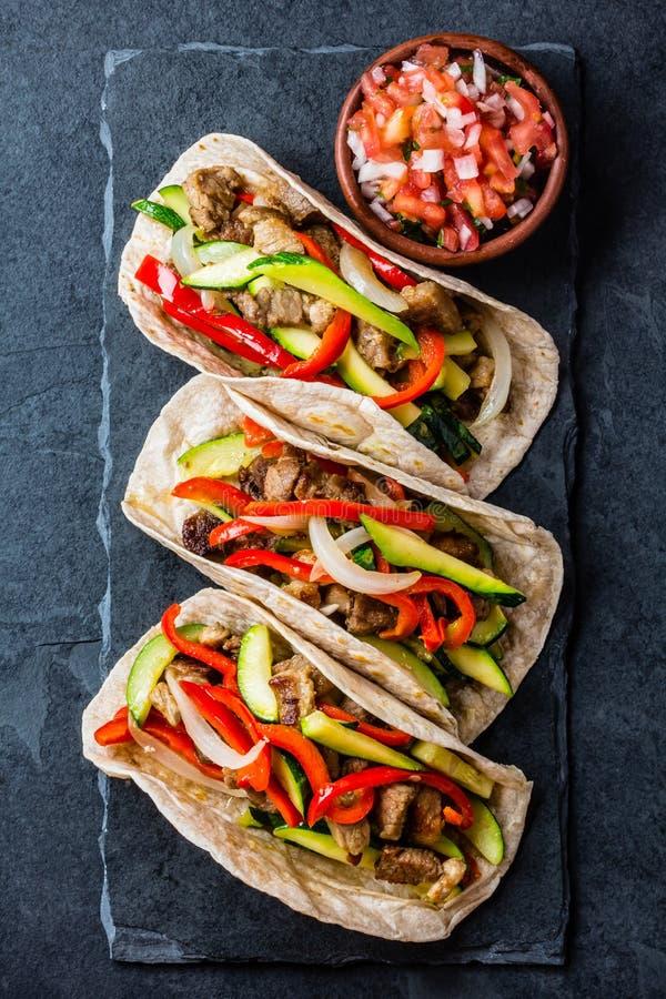 Tacos mexicain de porc avec des légumes Vue supérieure image stock