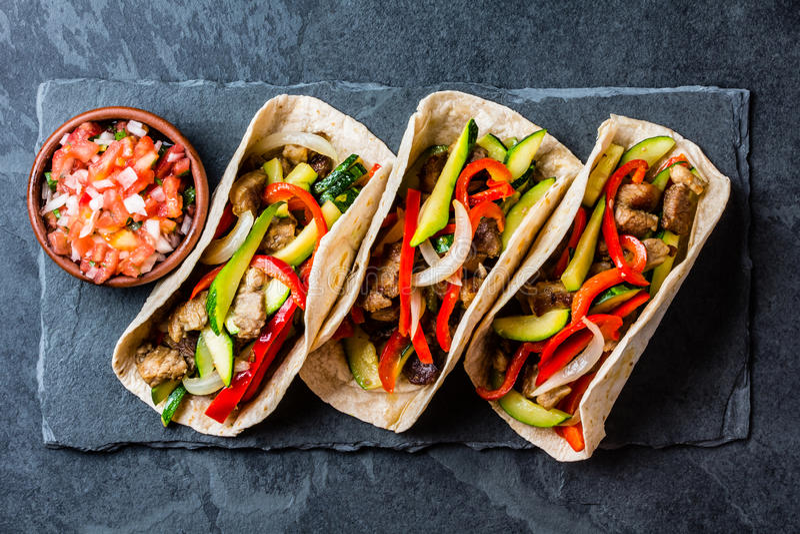 Tacos mexicain de porc avec des légumes Vue supérieure images libres de droits