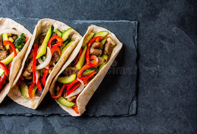 Tacos mexicain de porc avec des légumes Vue supérieure photos libres de droits