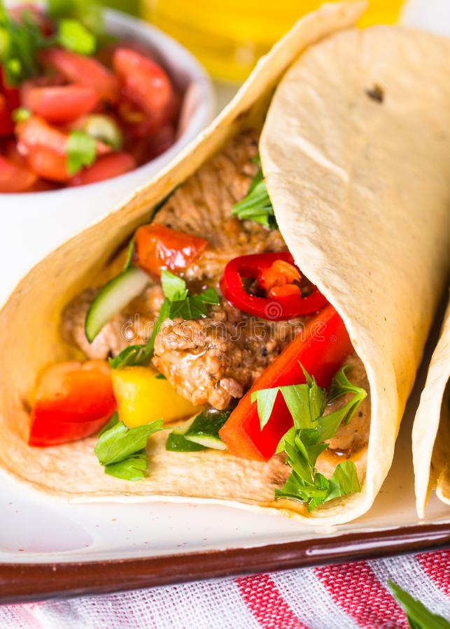 Tacos mexicain de porc avec les légumes et le Salsa images libres de droits