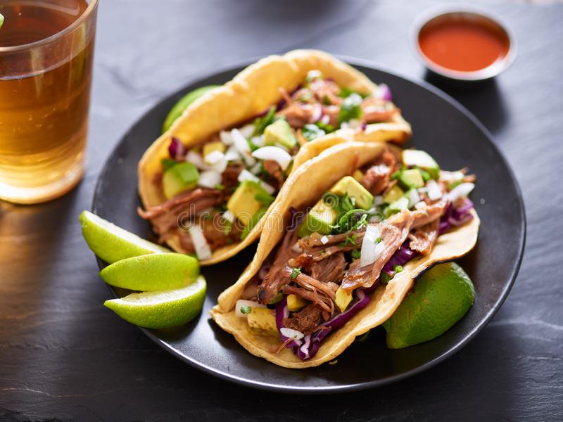 Tacos mexicain de rue de carnita avec de la bi?re sur l'arrangement de table d'ardoise image libre de droits