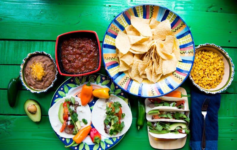 Tacos mexicain pour le déjeuner avec des puces photographie stock libre de droits