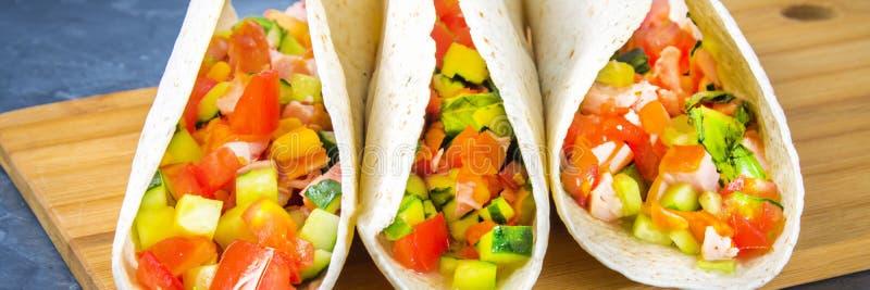 Tacos mexicain traditionnel avec de la viande et des légumes sur le fond en bois drapeau photographie stock libre de droits