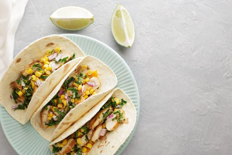 Tacos mexicain traditionnel dans le plat bleu sur le fond en pierre gris photographie stock