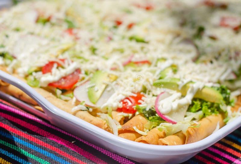 Tacos mexicains avec poulet à l'intérieur et salade au dessus image stock