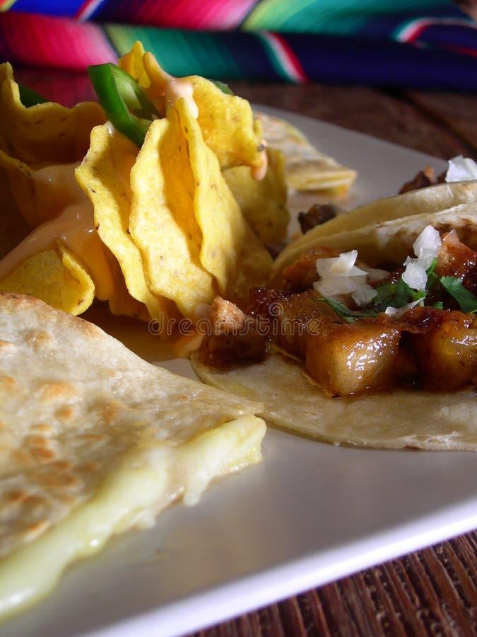 Tacos mexicano con nachos imagenes de archivo