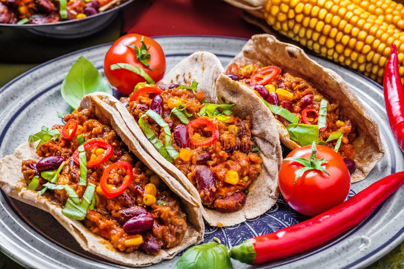 Tacos mexicanos com carne, feijões e salsa Vista superior imagem de stock royalty free