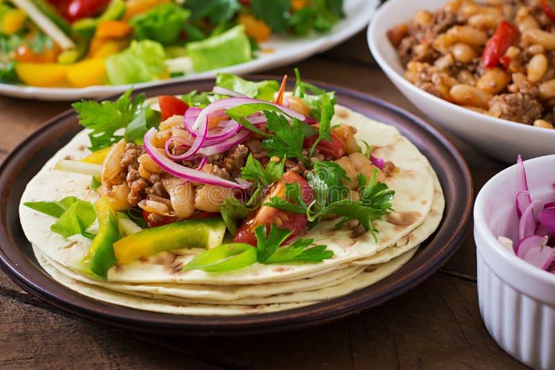 Tacos mexicanos com carne, salsa imagem de stock royalty free