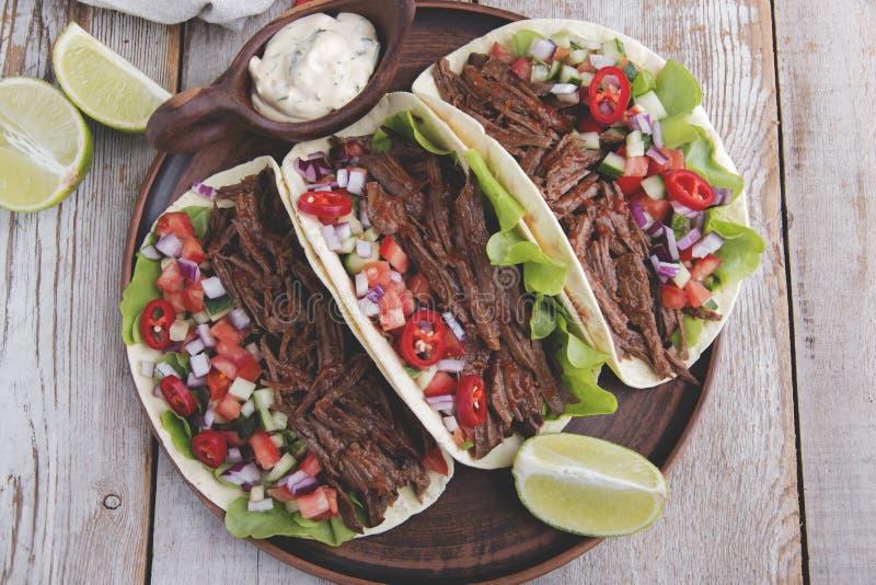 Tacos mexicanos con el tomate asado de la carne de vaca, de la salsa y de la salsa fotos de archivo libres de regalías