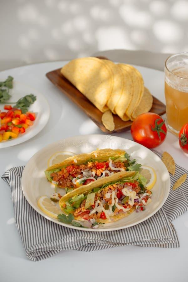Tacos mexicanos da carne de porco com vegetais Tacos delicioso fotos de stock royalty free