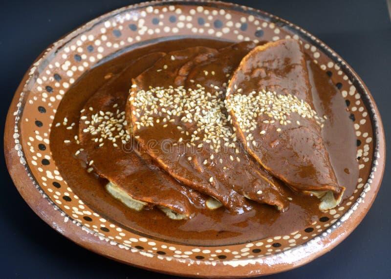 Tacos mexicanos deliciosos de los enchiladas, del pollo o del pavo con la salsa del topo y las semillas de sésamo para las festiv fotos de archivo