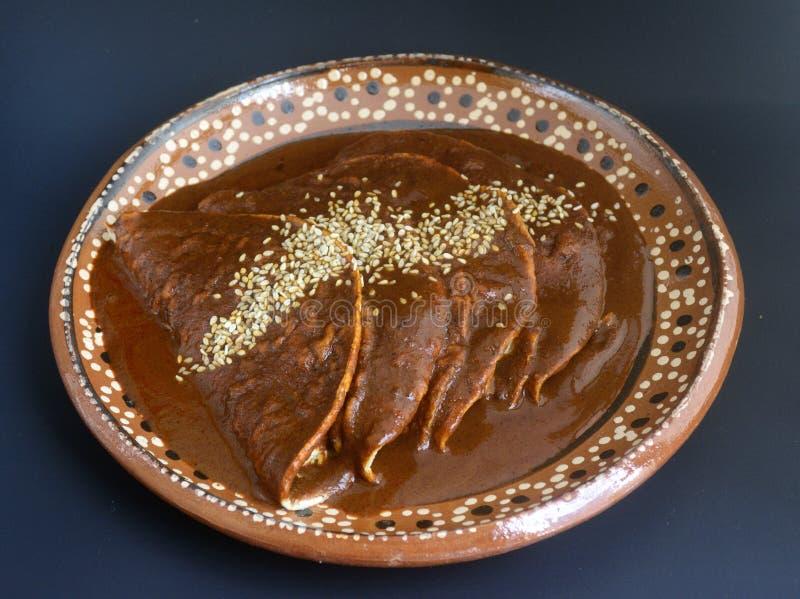 Tacos mexicanos deliciosos de los enchiladas, del pollo o del pavo con la salsa del topo y las semillas de sésamo para las festiv fotos de archivo libres de regalías