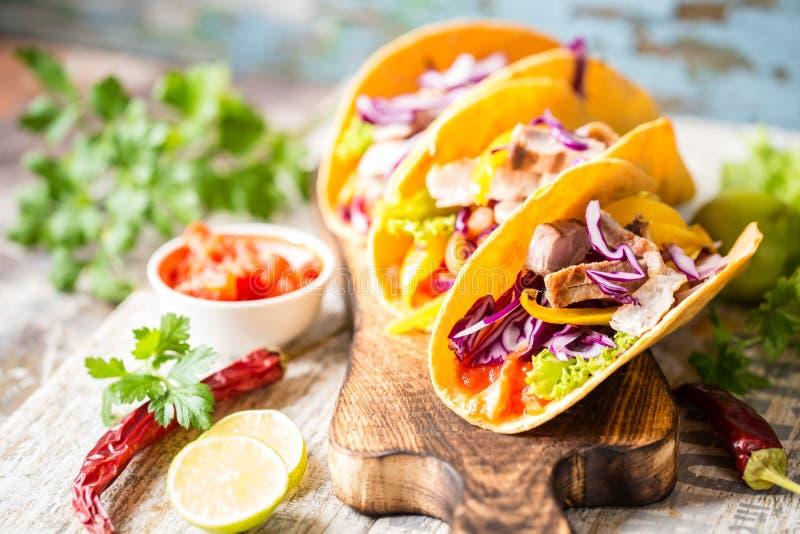 Tacos mexicanos do alimento, frango frito, verdes, manga, abacate, pimenta, salsa fotografia de stock