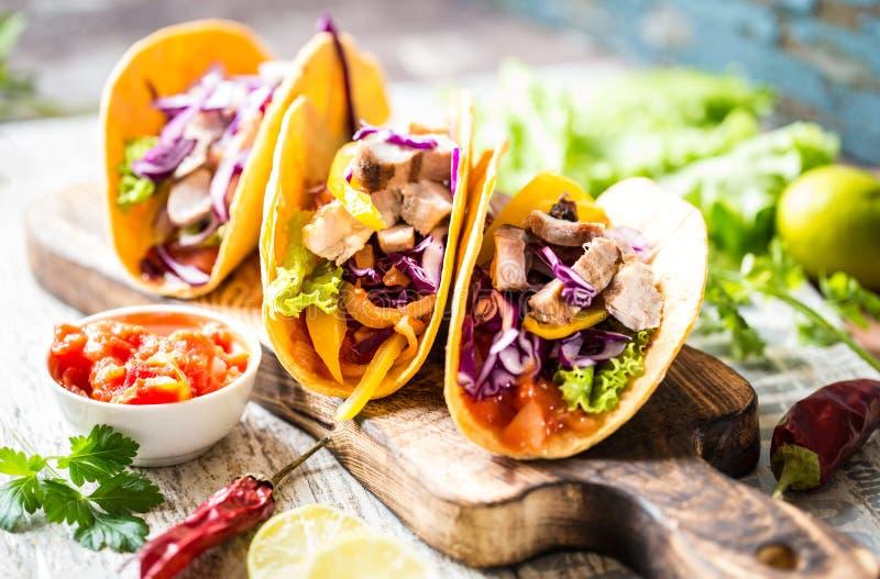 Tacos mexicanos do alimento, frango frito, verdes, manga, abacate, pimenta, salsa imagens de stock royalty free