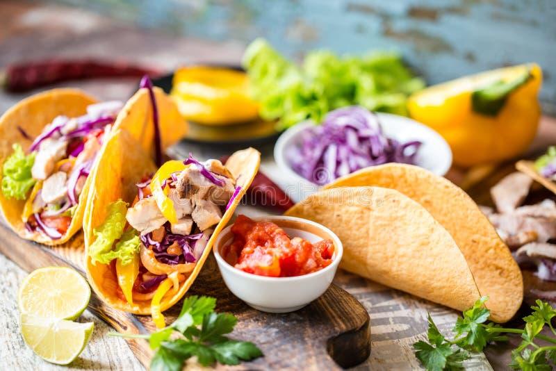 Tacos mexicanos do alimento, frango frito, verdes, manga, abacate, pimenta, salsa fotografia de stock royalty free