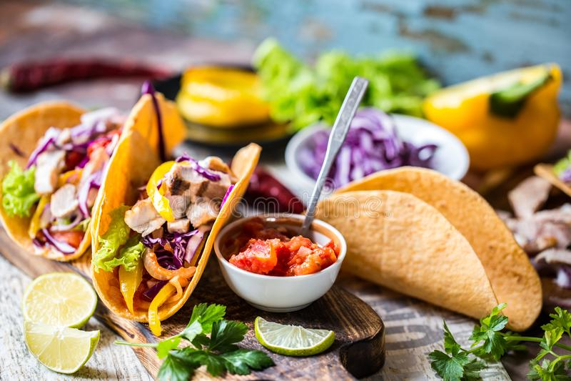 Tacos mexicanos do alimento, frango frito, verdes, manga, abacate, pimenta, salsa imagem de stock royalty free