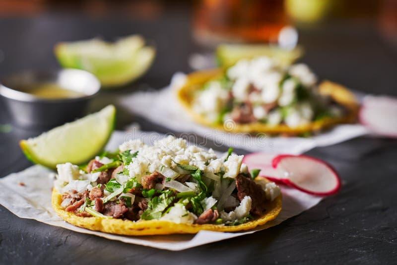 Tacos mexicanos do asada de Carne com queijo desintegrado do fresco do queso imagem de stock royalty free