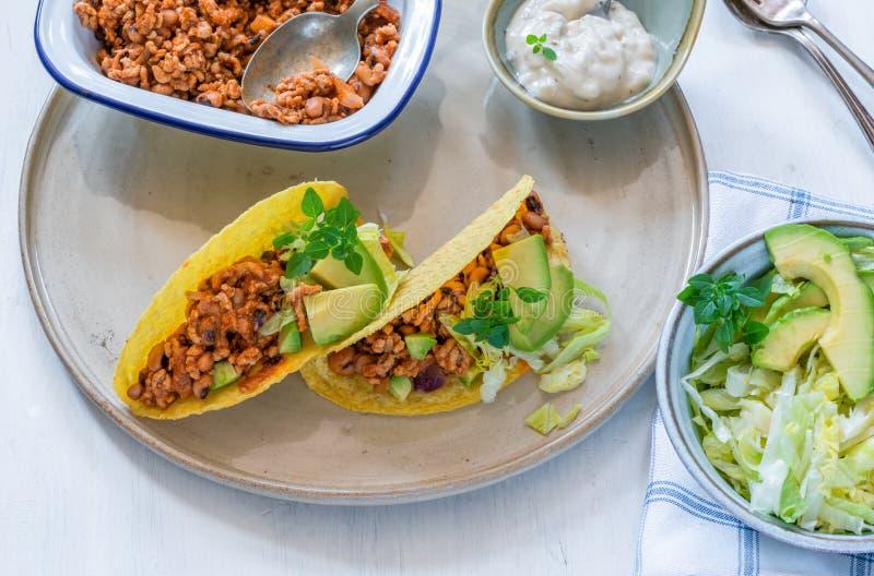 Tacos mexicanos fumarentos da carne de porco e do feij?o imagem de stock royalty free