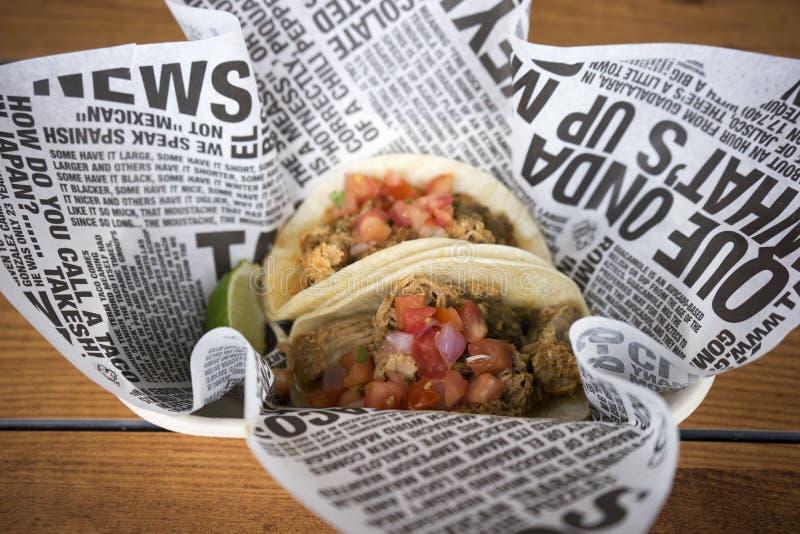 Tacos mou de coquille dans le panier image stock