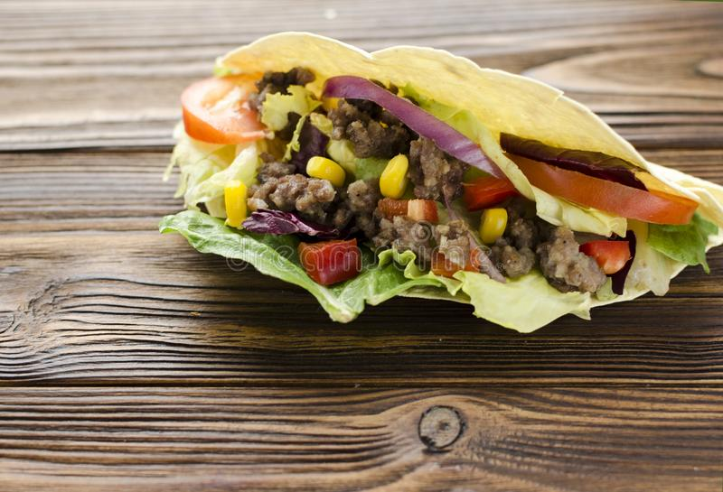 Tacos na tabela de madeira foto de stock royalty free