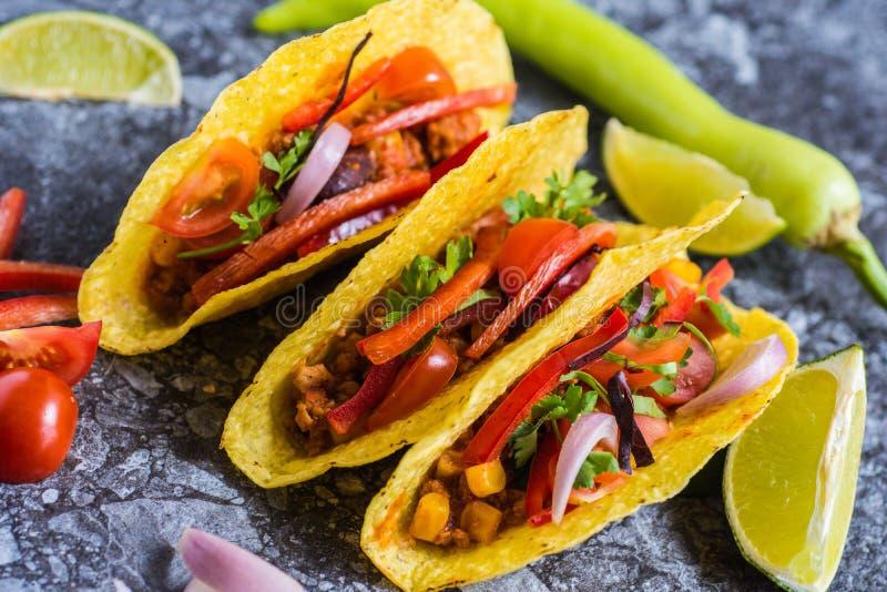 Tacos no alimento mexicano colorido dos shell foto de stock