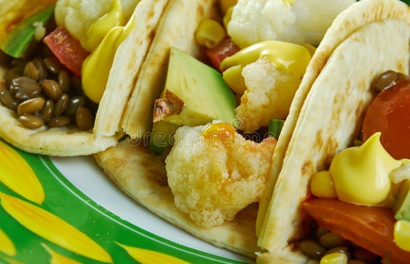Tacos r?ti de chou-fleur et de lentille images stock