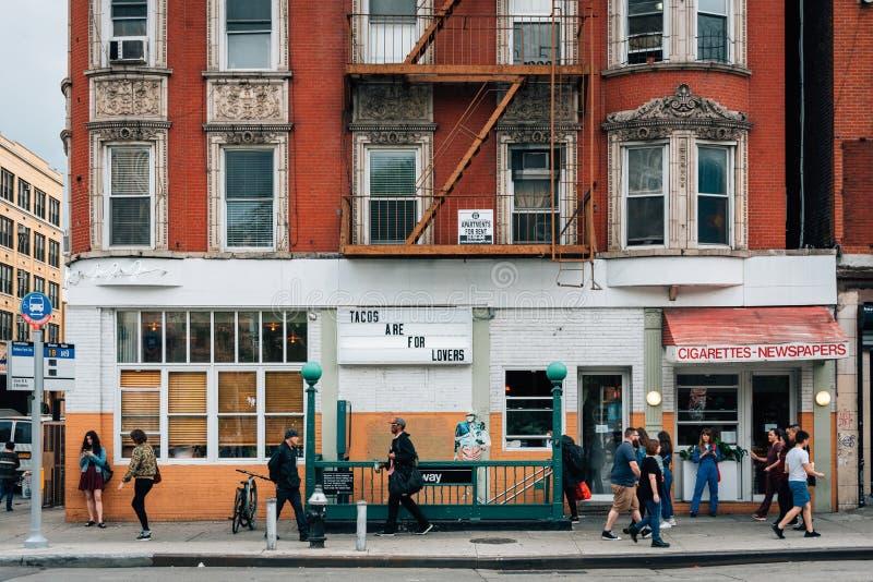 Tacos Są Dla kochanka znaka i Wschodniego Broadway stacji metrej wejścia w lower east side, Manhattan, Miasto Nowy Jork zdjęcie royalty free