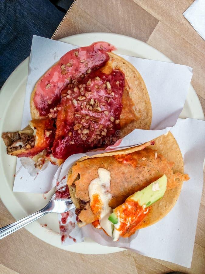 Tacos Salceados Tacos com vários molhos do taqueria famoso em Tijuana Mexico imagens de stock royalty free