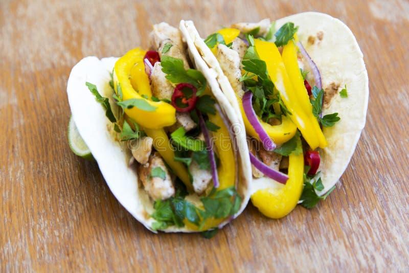 Tacos savoureux avec le filet grillé de poulet, légumes frais, chaux photographie stock