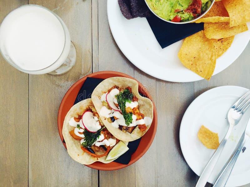 Tacos suaves vegetarianos con los microprocesadores y guacamole y un cóctel imagen de archivo libre de regalías
