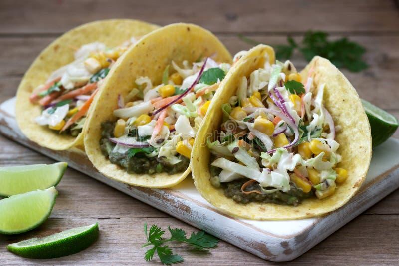 Tacos végétarien bourré de la salade de choux sur un fond en bois Type rustique images libres de droits
