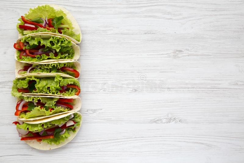 Tacos végétarien fait avec de la laitue, le poivre, l'oignon et la tomate dessus photo libre de droits