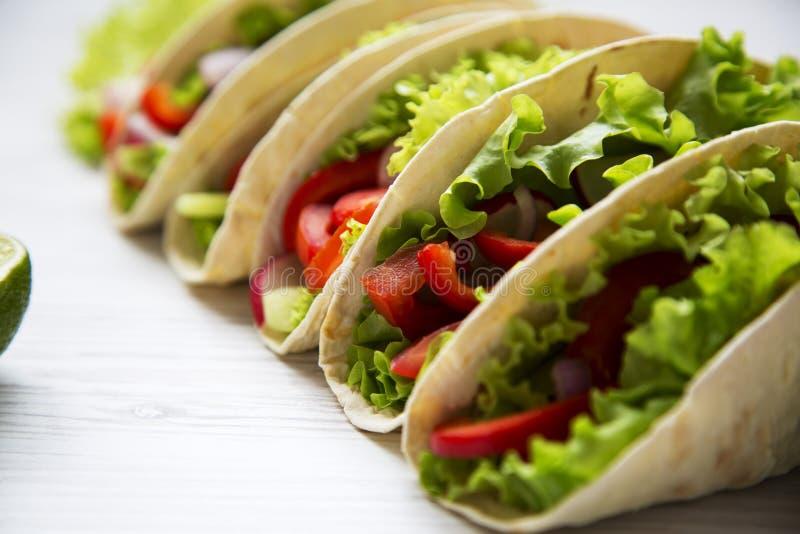 Tacos végétarien frais sur le fond en bois blanc closeup photographie stock