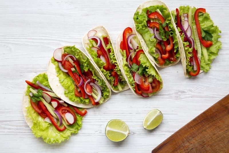 Tacos végétarien frais sur le fond en bois blanc D'en haut T photographie stock libre de droits