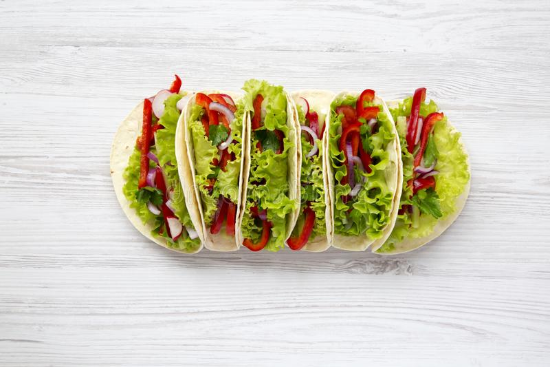 Tacos végétarien frais sur le fond en bois blanc D'en haut T photos stock