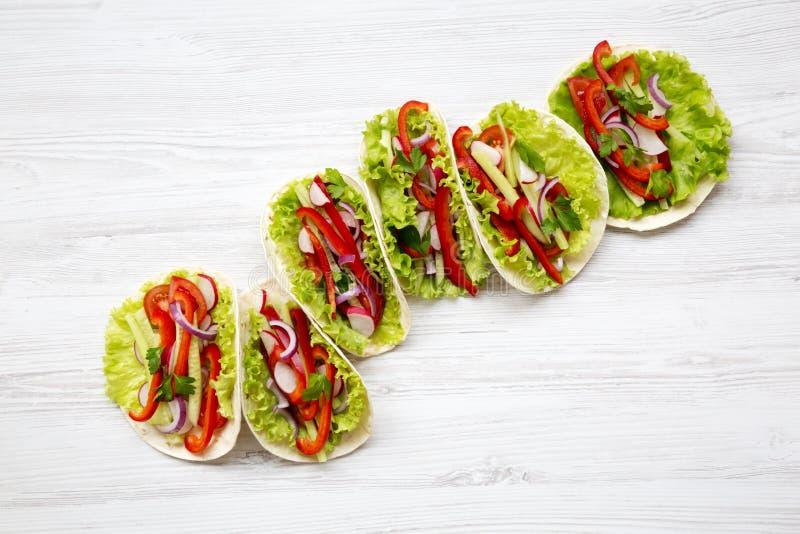 Tacos végétarien frais sur le fond en bois blanc D'en haut T photo libre de droits