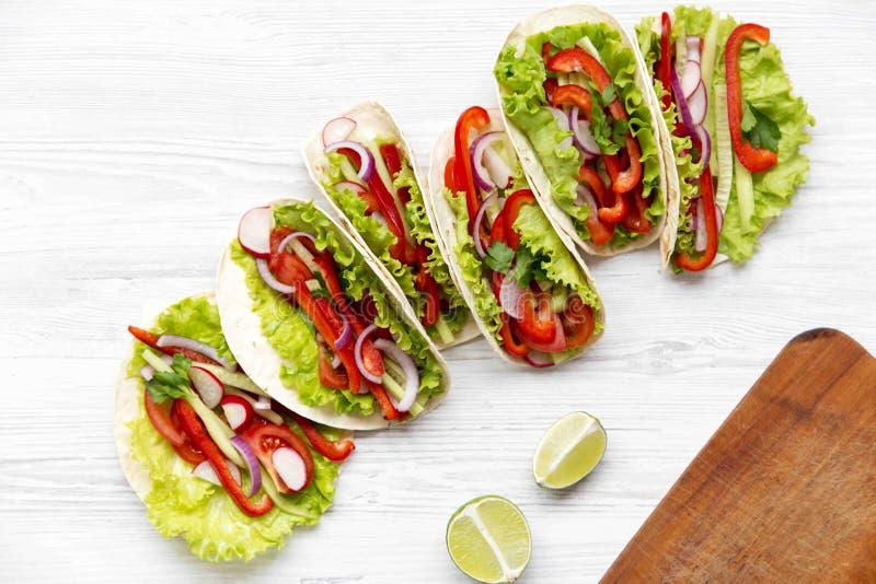 Tacos végétarien frais sur le fond en bois blanc D'en haut T image libre de droits