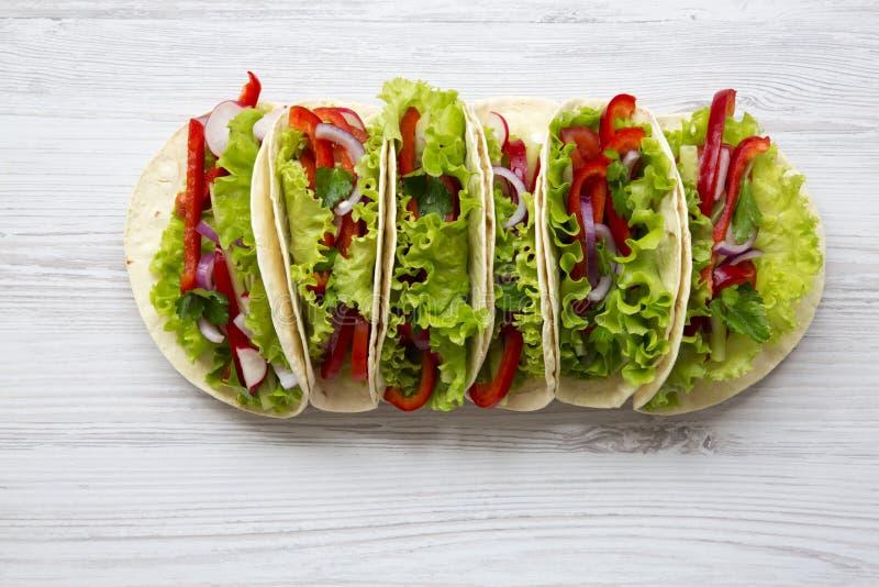 Tacos végétarien sur le fond en bois blanc D'en haut le dessus luttent photo stock
