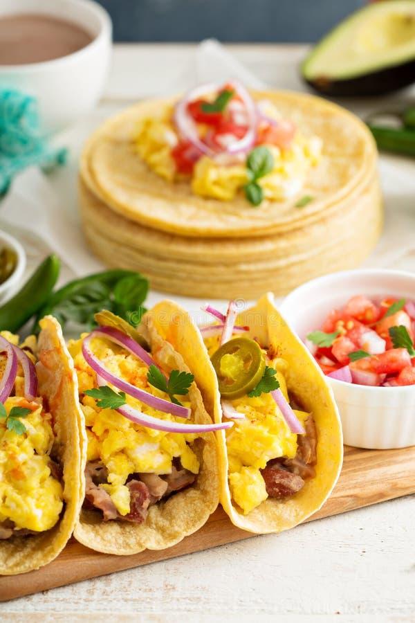 Tacos z jajkami dla śniadania zdjęcie royalty free