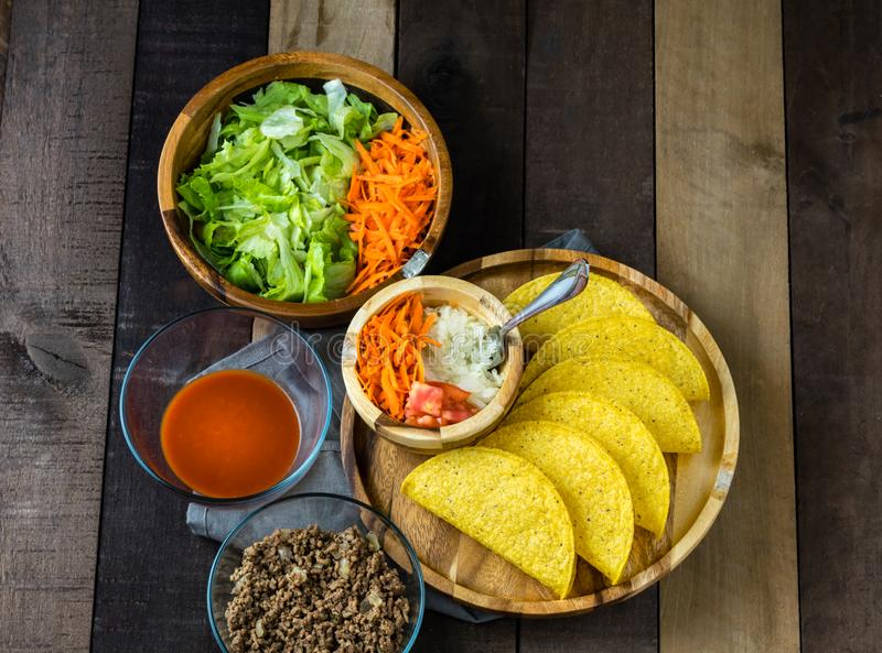 Tacoverlegenheit ins mit Oberteilen, Gemüse und Soße stockfoto