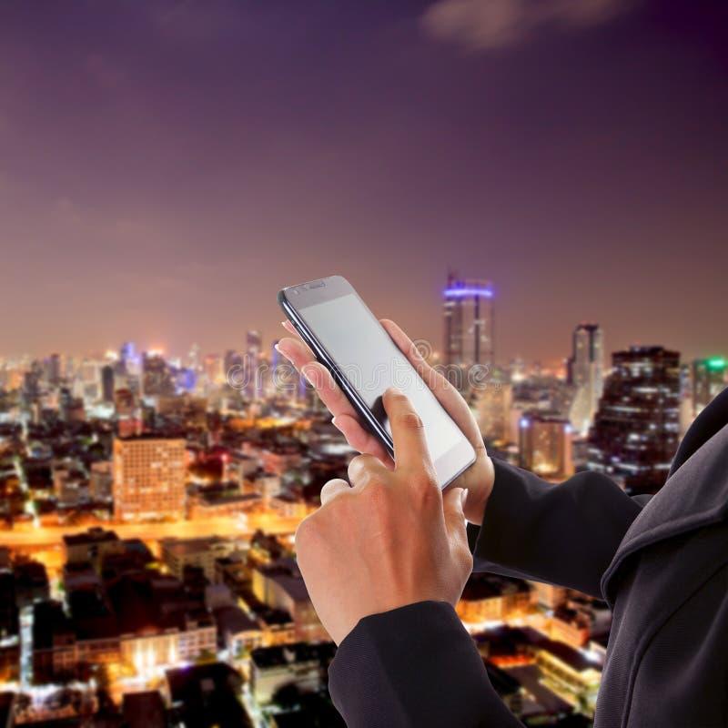Tacto asiático de la mujer de negocios en el teléfono móvil imagen de archivo libre de regalías